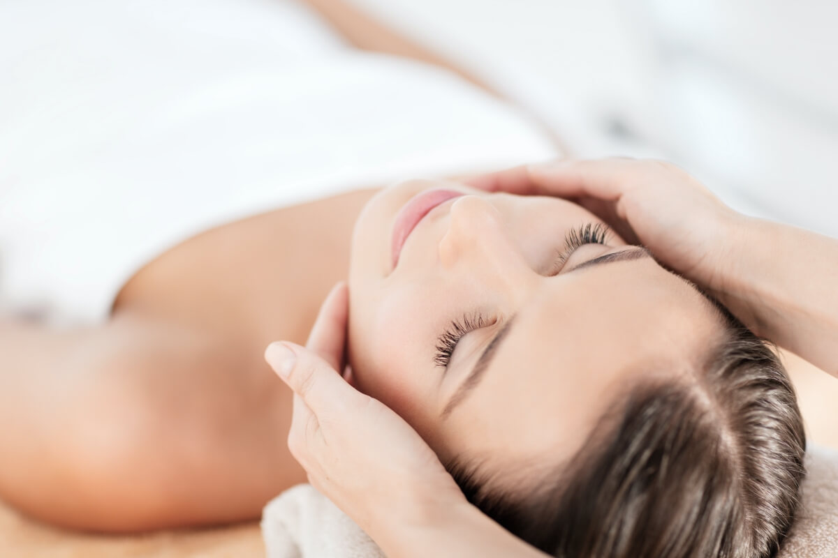 Frau bekommt eine Massage in Heilbronn