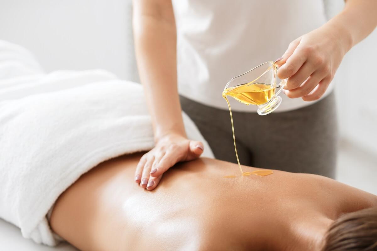 entspannen bei einer aromaölmassage